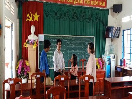 Nhà văn Trần Trà My – nhà văn vượt lên số phận thăm và vận động em Đỗ Huỳnh Tuấn An tại Trường THCS Tân Khai huyện Hớn Quản